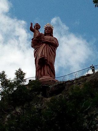 フランスのサンティアゴ巡礼ル・ピュイへ。マリア像の中を登った景色